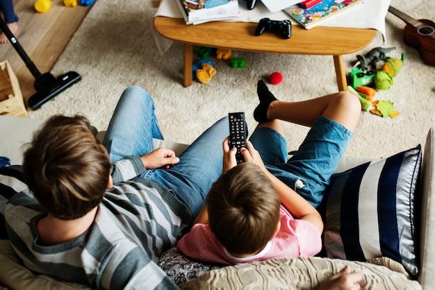Famille regardant la télévision ensemble