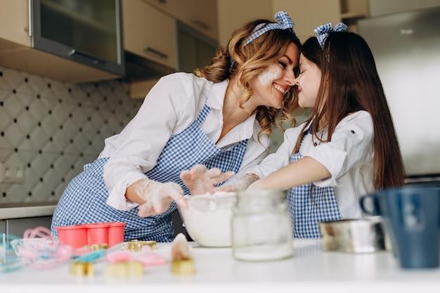 Famille regarde sa fille et sa mère ont un moment drôle. concept de cuisson