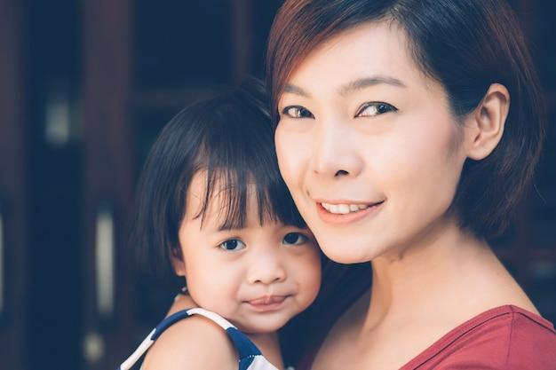Famille avec relation portrait de jeune mère et fille asiatique.