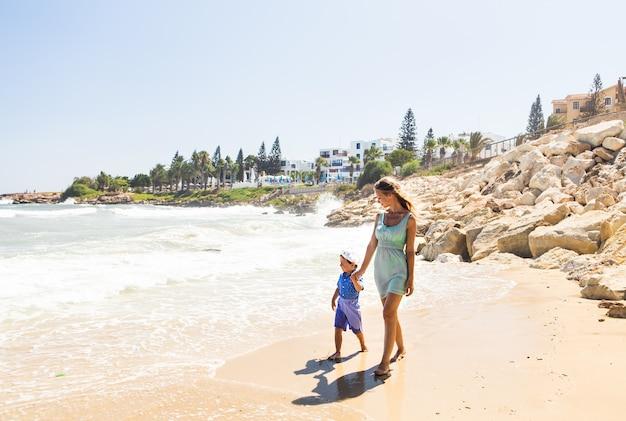 Famille reposant sur la mer et amusez-vous par une belle journée ensoleillée.