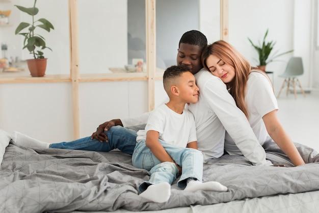 Famille restant ensemble au lit