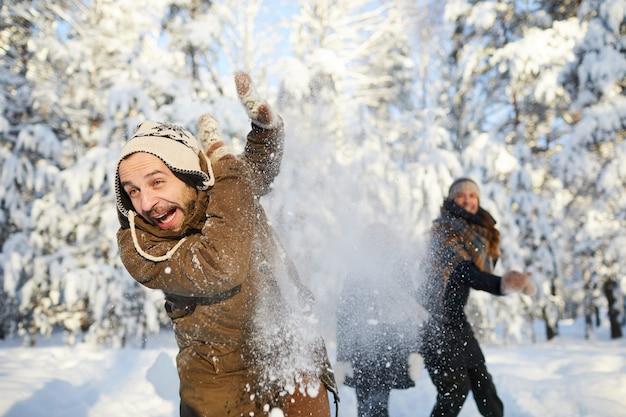 Famille s'amusant à winter park