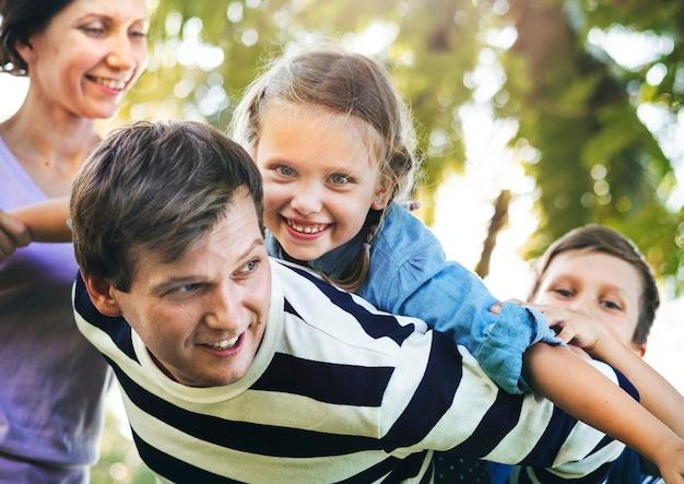 Famille s'amuser dans le parc