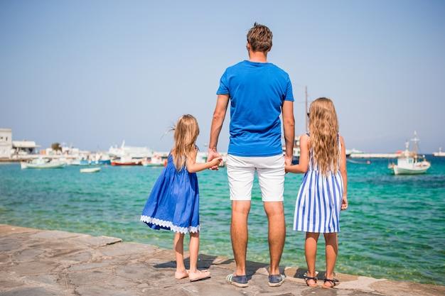 Famille s'amuser en plein air sur l'île de mykonos