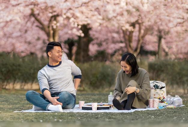 Famille se détendre ensemble à l'extérieur