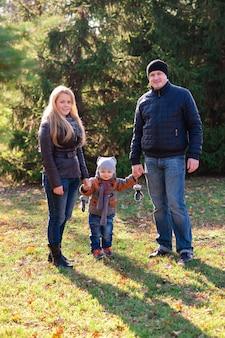 La famille se promène dans le parc en automne