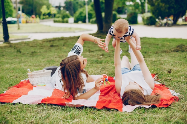 La famille se repose dans le parc.