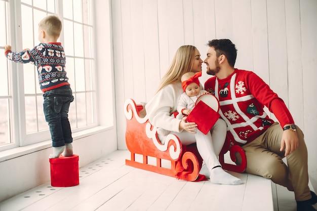 Famille, séance, maison, noël, cadeaux