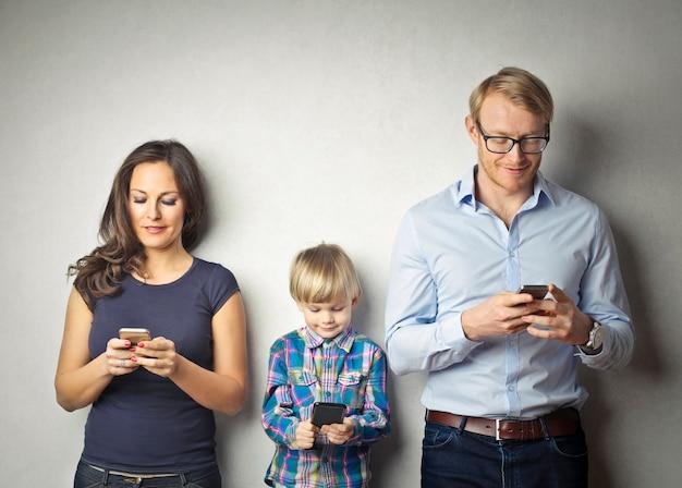 Une famille avec smartphone