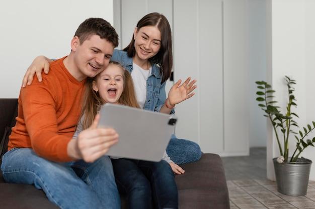 Famille de smiley à coup moyen avec tablette