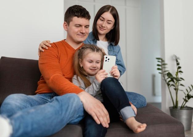 Famille smiley coup moyen avec téléphone