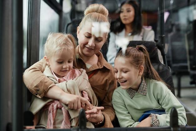 Famille souriante en bus