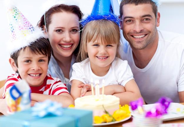 Famille souriante célébrant un anniversaire