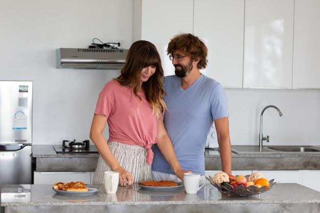 Famille souriante dans la cuisine, préparer et déguster des aliments