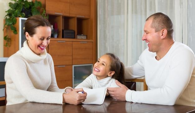 Famille souriante avec des documents