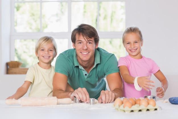 Famille souriante avec des outils de cuisson