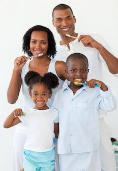 Famille souriante se brosser les dents