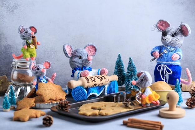 La famille des souris tricotées prépare des biscuits. année du rat. symbole de 2020.