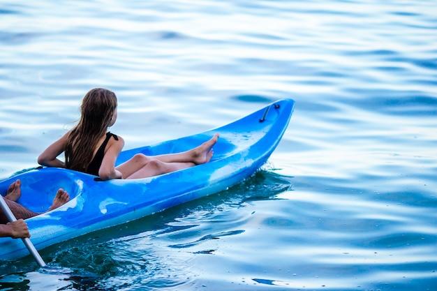 Famille sportive attrayante kayak sur mer ensemble