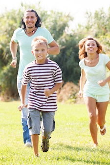 Famille sportive de trois personnes