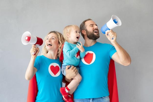Famille de super-héros jouant à la maison