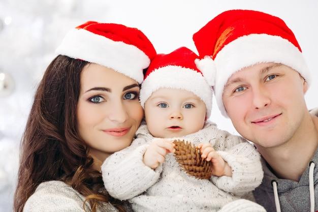 Famille sympathique profitant du temps ensemble avant noël