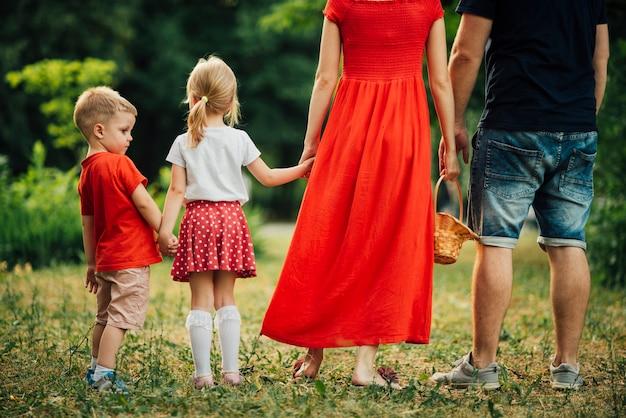 Famille, tenant mains, par derrière