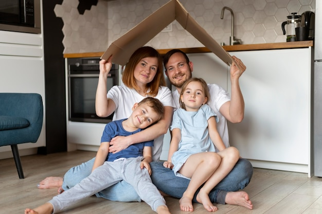 Famille tenant un toit au-dessus de leur tête