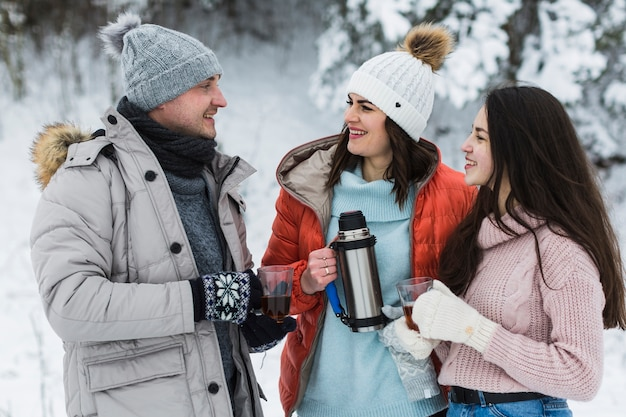 Famille avec thé parlant les uns avec les autres