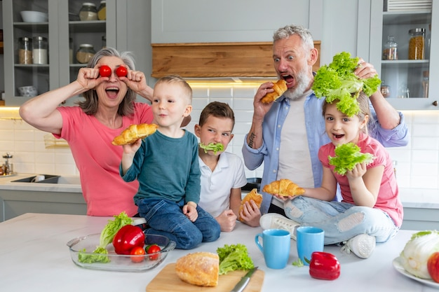 Famille de tir moyen avec des légumes