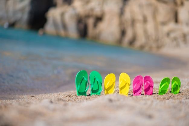 Famille tongs sur la plage en face de la mer