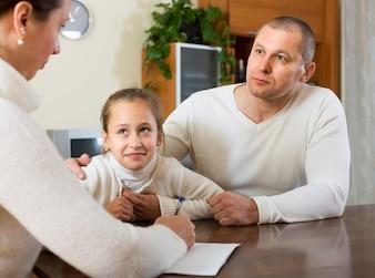 Famille triste ayant des problèmes financiers