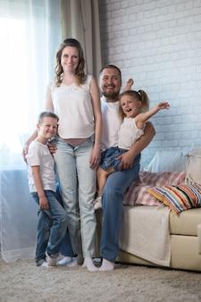 Une famille de trois. maman enceinte, papa et petit fils. embrassez la femme enceinte et caressez son ventre. heureux et en attente de la naissance d'un nouvel enfant