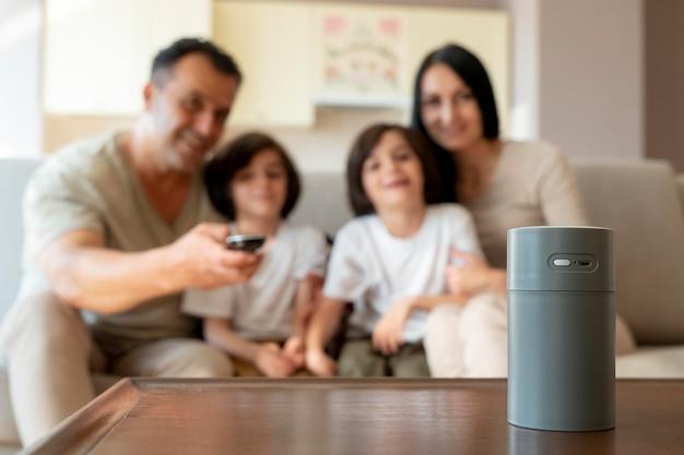 Famille utilisant un haut-parleur intelligent à la maison