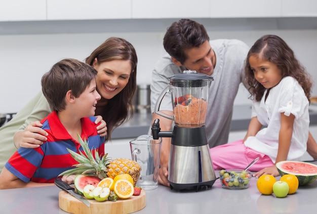 Famille utilisant un mélangeur