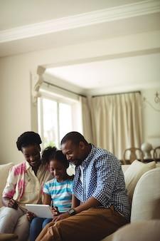 Famille, utilisation, tablette numérique, dans, salle de séjour