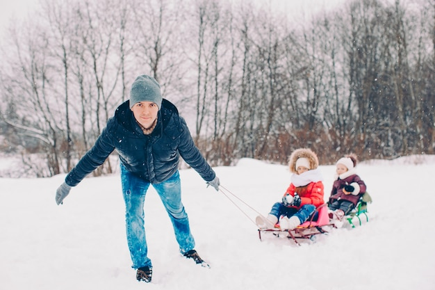 Famille de vacances papa et enfants la veille de noël en plein air