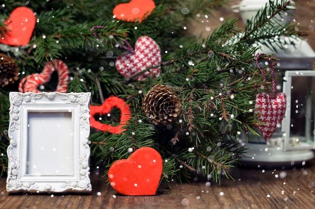 Famille la veille de noël à la cheminée enfants ouvrant des cadeaux de noël enfants sous l'arbre de noël