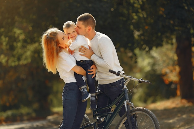 Famille avec un vélo dans un parc d'été