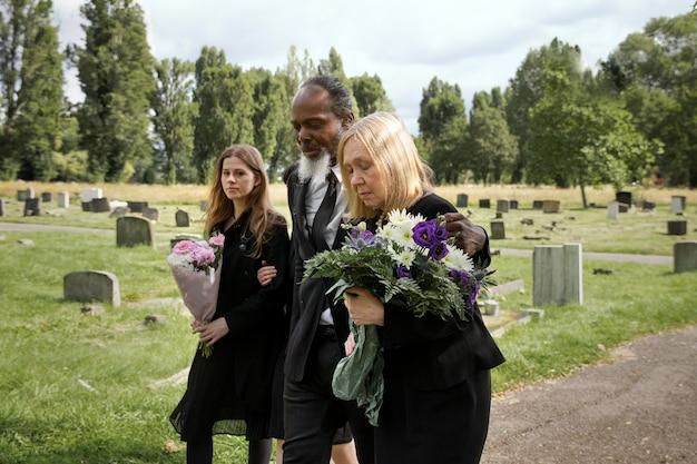 Famille visitant la tombe d'un être cher