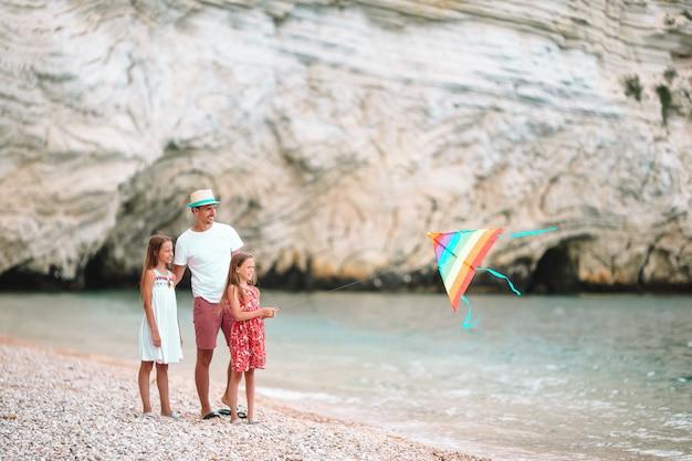 Famille, voler, cerf volant, ensemble, à, tropical, plage blanche