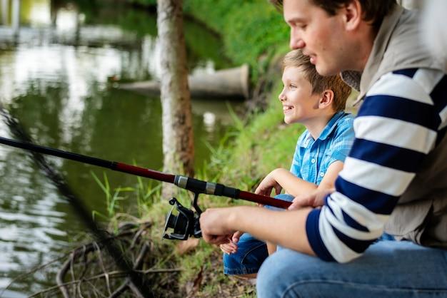 Famille en voyage de pêche
