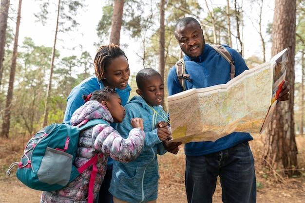 Famille voyageant ensemble à travers les bois
