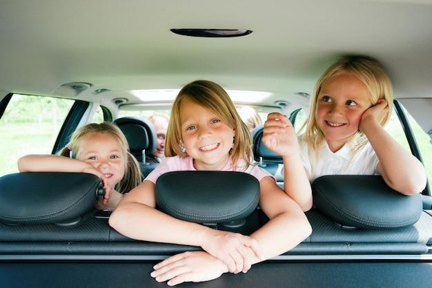 Famille voyageant en voiture