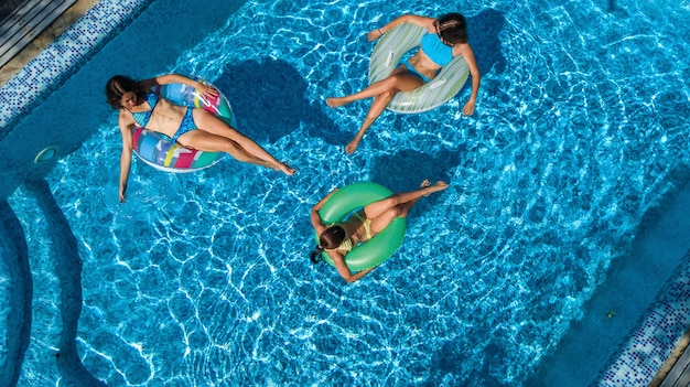 Famille en vue aérienne de la piscine