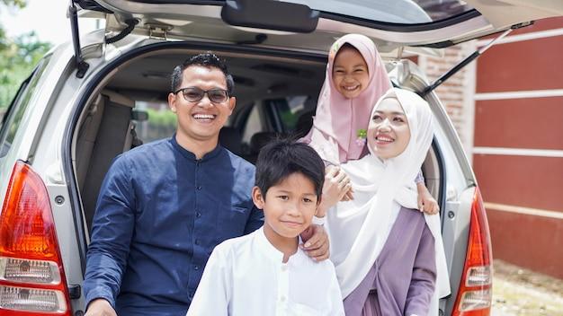 Des familles musulmanes retournent dans leur ville natale en voiture pour célébrer l'aïd
