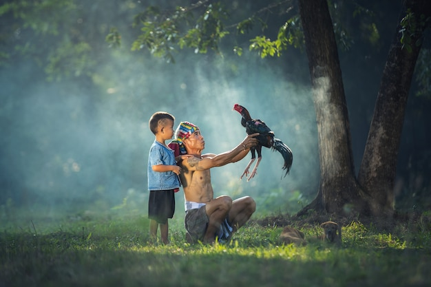 Familles paysannes asiatiques, père et fils avec une bite dans la matinée, thaïlande