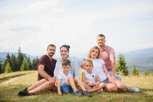 Familles se détendre ensemble dans la nature