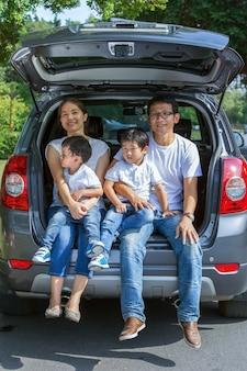 Les familles voyagent en voiture