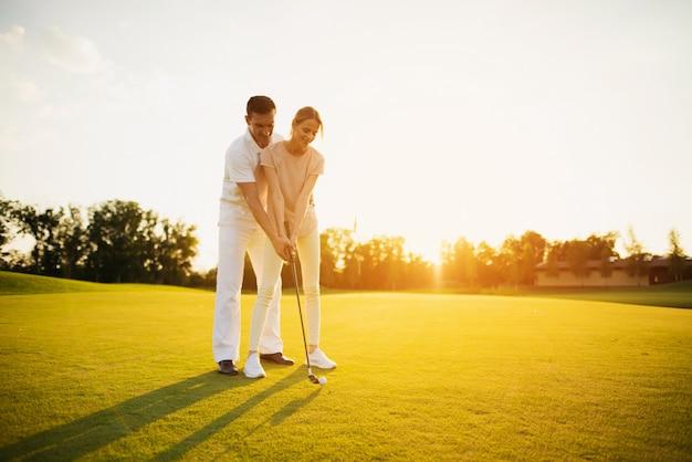 Family hobby couple de golfeurs ensemble sur une pelouse.